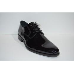 LUISETTI: Zapato de charol negro.